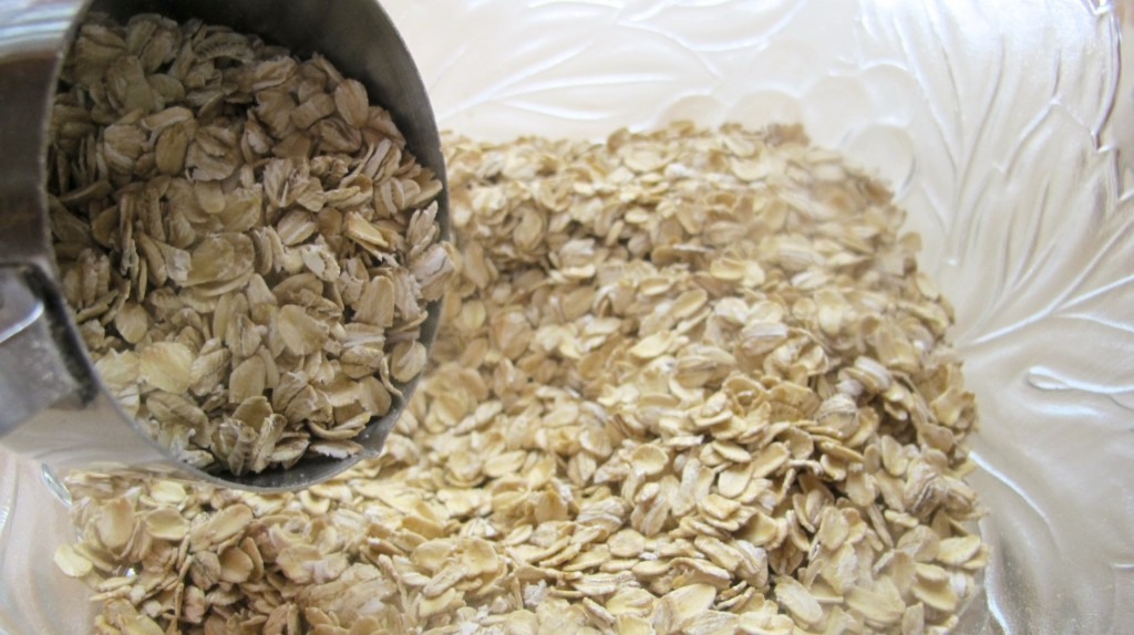 Put the long-rolled oat in a big bowl and mix in the nuts.